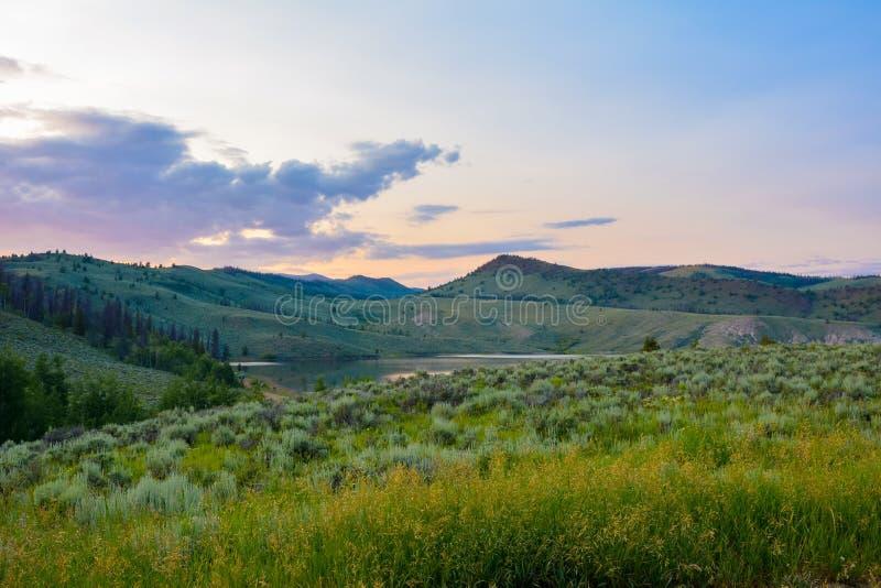 Spätsommer-Colorado-Gebirgssonnenuntergang lizenzfreie stockfotos