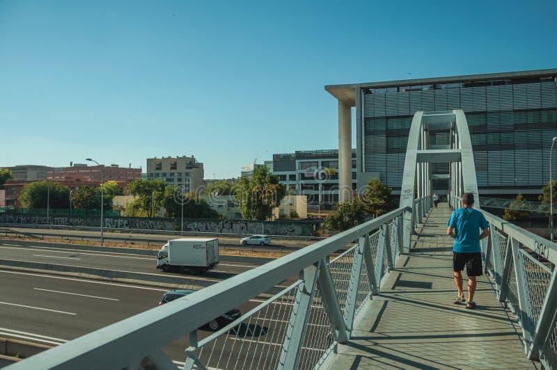 Spång för gångare över huvudvägen i Madrid royaltyfri foto