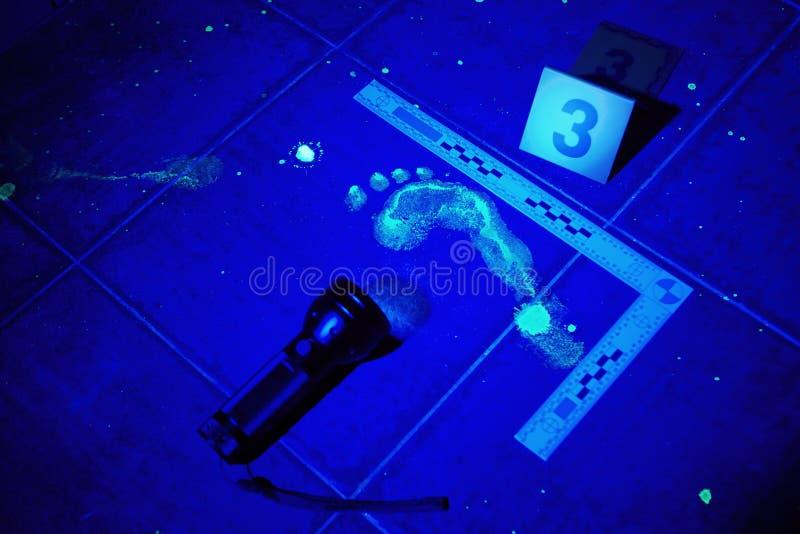Spår av fottrycket under UV ljus royaltyfri bild
