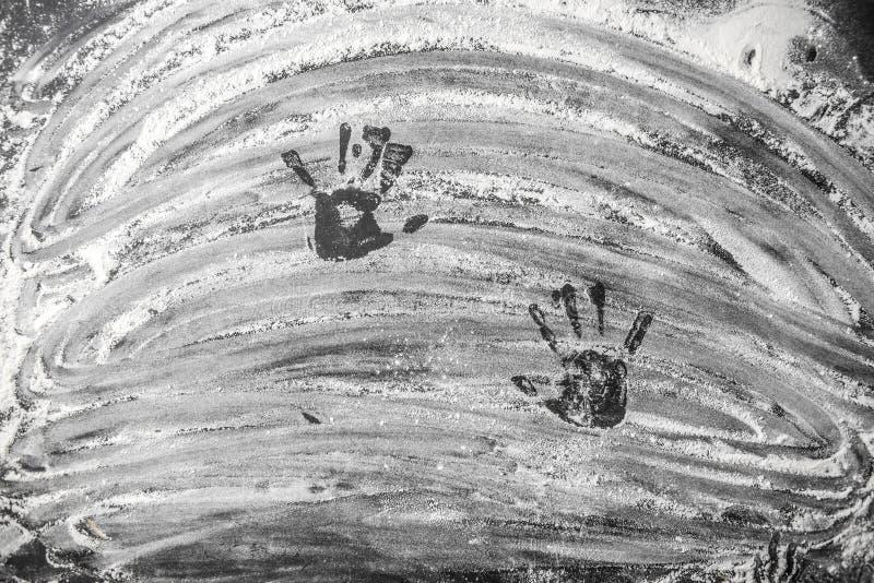 Spår av händer för barn` s på det stekheta mjölet arkivbild