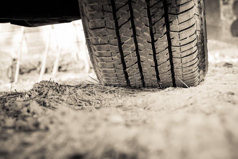 Spår för Closeuptexturgummihjul Hjulspår på smuts royaltyfri fotografi