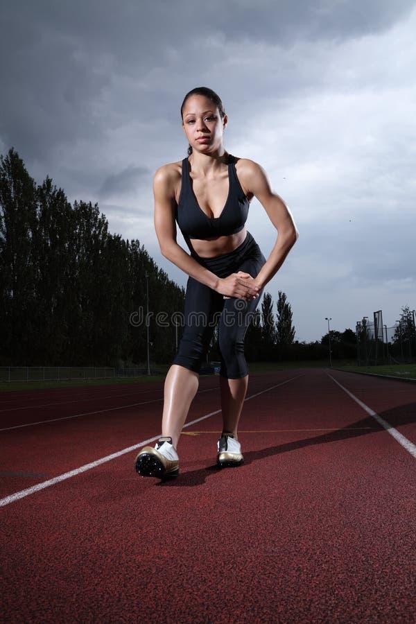 spår för elasticitet för running för idrottsman nenkvinnligknäsena arkivbilder