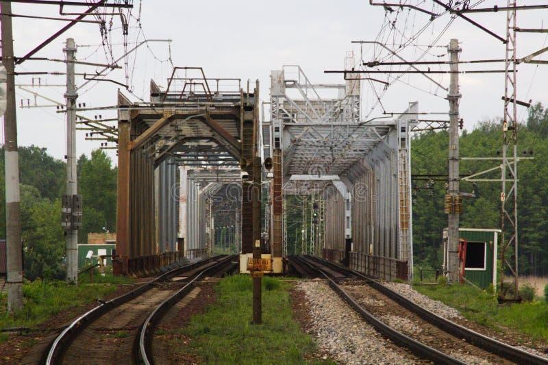 Spår för vägar för järnvägmetallbro två parallella royaltyfri bild