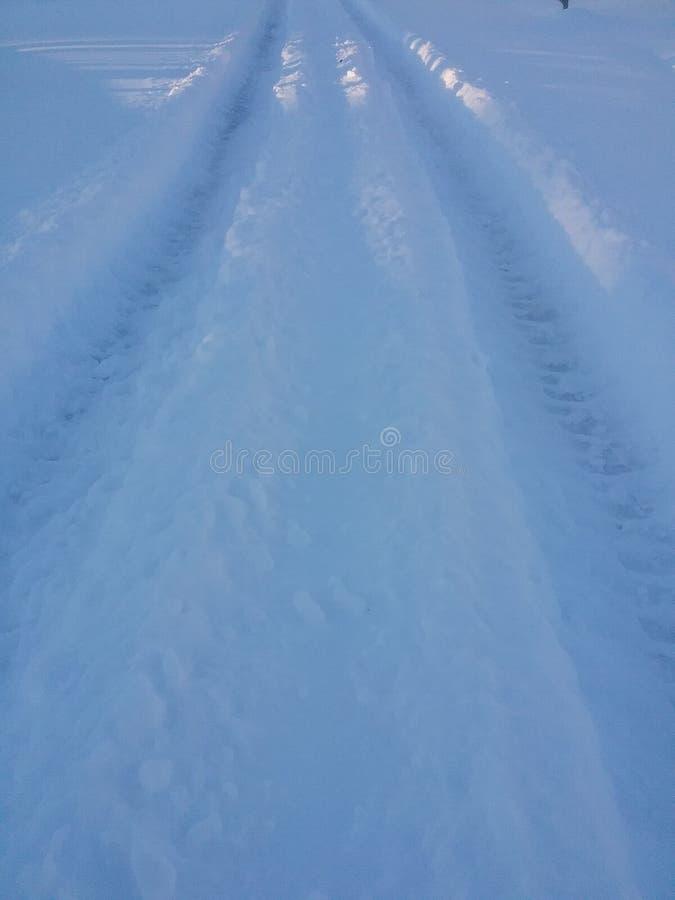 Spår i ny snö arkivfoton