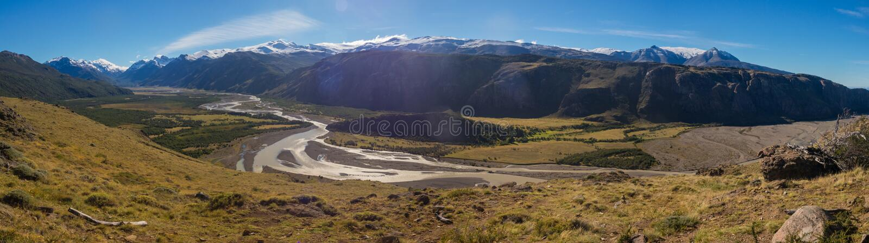 Spår till monteringen Fitz Roy Sikt av den Las Vueltas floden, El Chalt arkivfoton