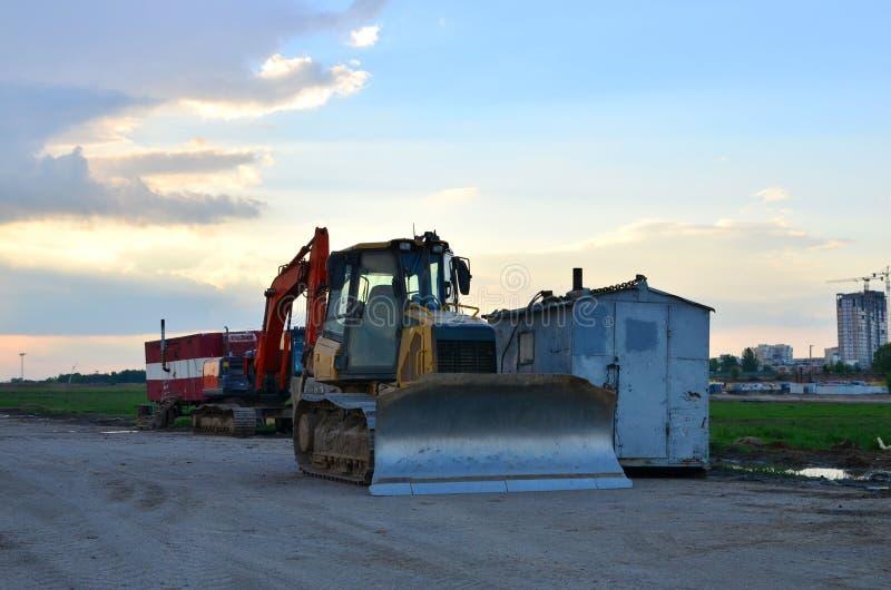 Spår-typ bulldozer och grävskopamaskin för earthmoving arbete på konstruktionssandlådan royaltyfria foton