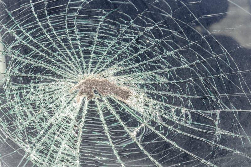 spåra i vindrutan från huvudet av passageraren av bilen i en olycka eller en sammanstötning med ett hinder brutet exponeringsglas arkivbilder