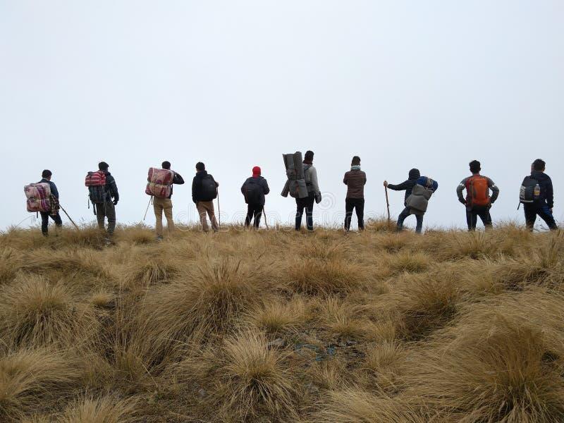 Spåra med vänner på Maenam, södra Sikkim Indien royaltyfria foton