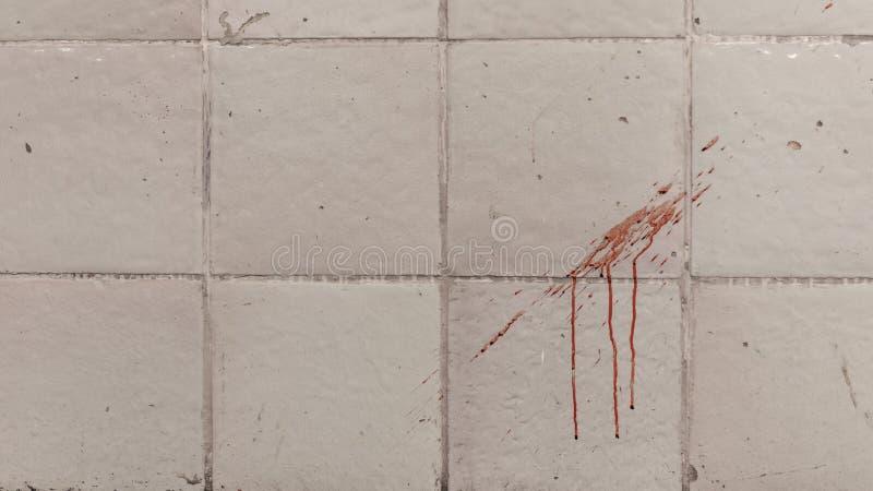 Spårar av blod på den belade med tegel väggen arkivfoton