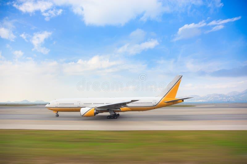 Spåring av skottet för åkande taxi flygplan längs landningsbanan arkivbild