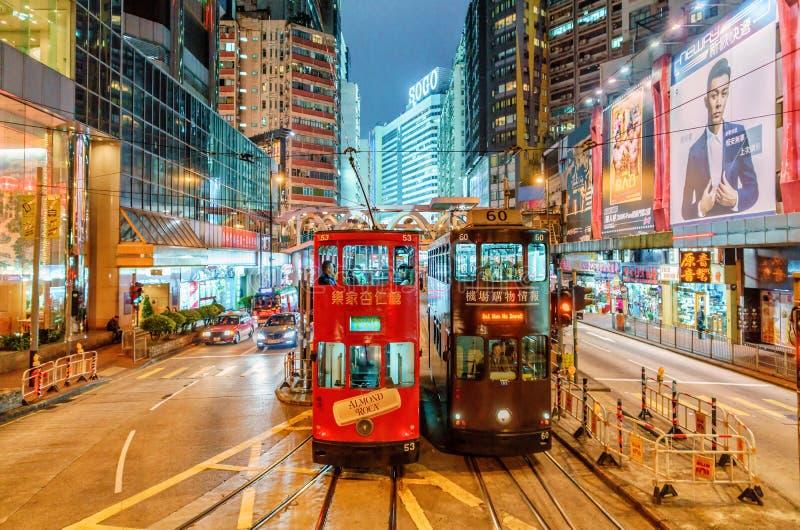 Spårvägtransport är populär i Hong Kong Ger det järnväg nätverket för spårvagnen trans. längs Hong Kong Island NattCityscape, Hal royaltyfria bilder