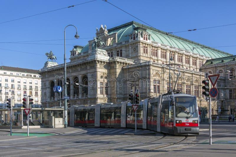 Spårvagn - byggnad för Wien statopera - Wien - Österrike royaltyfri foto