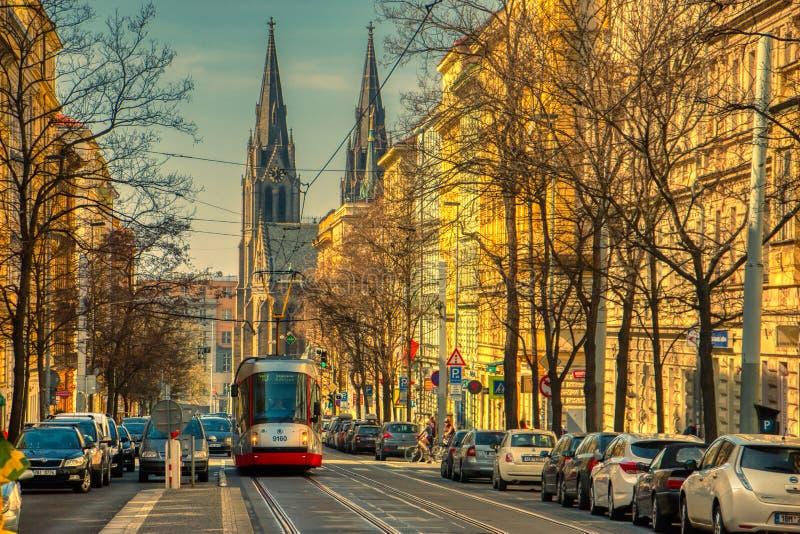 Spårvagn i den sceniska gatan Prague royaltyfria bilder