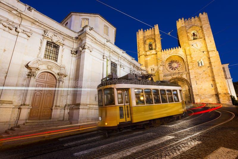 Spårvagn i Lissabon på natten fotografering för bildbyråer