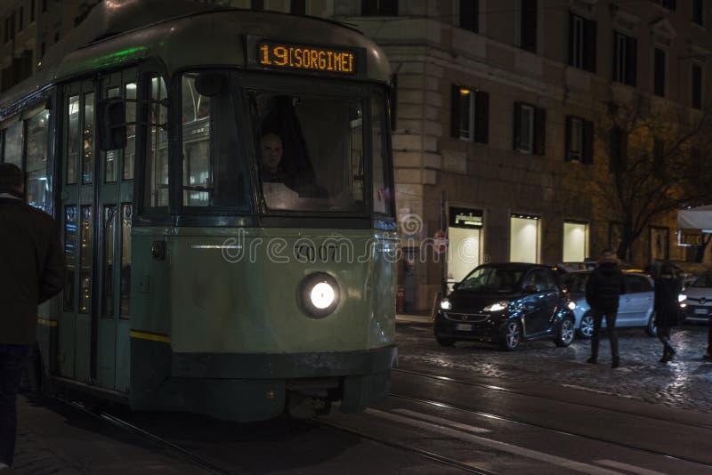 Spårvagn mellan trafik på natten i Rome, Italien royaltyfri bild