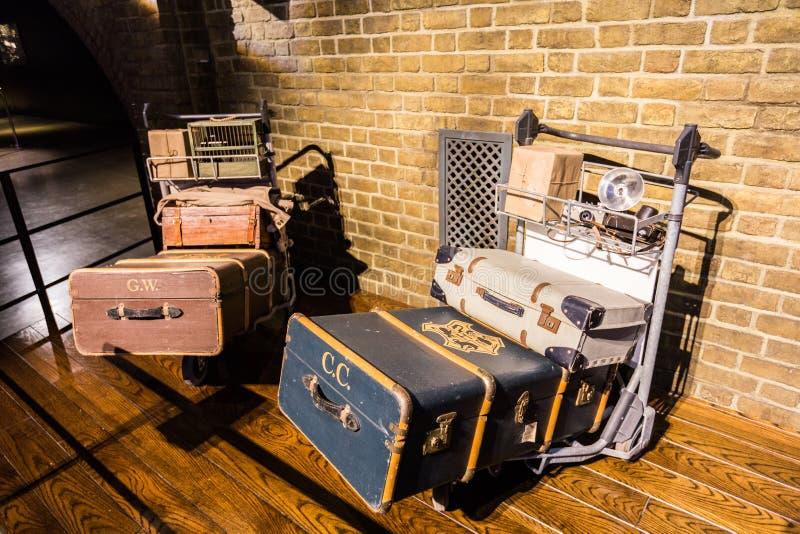 Spårvagn och luggages från den Harry Potter filmen arkivbild