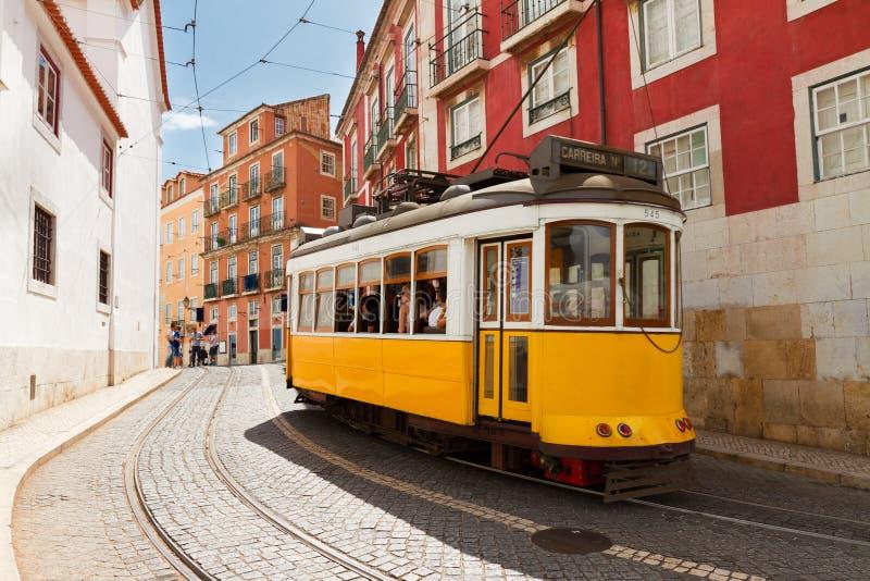 Spårvagn på den smala gatan av Alfama, Lissabon arkivfoto