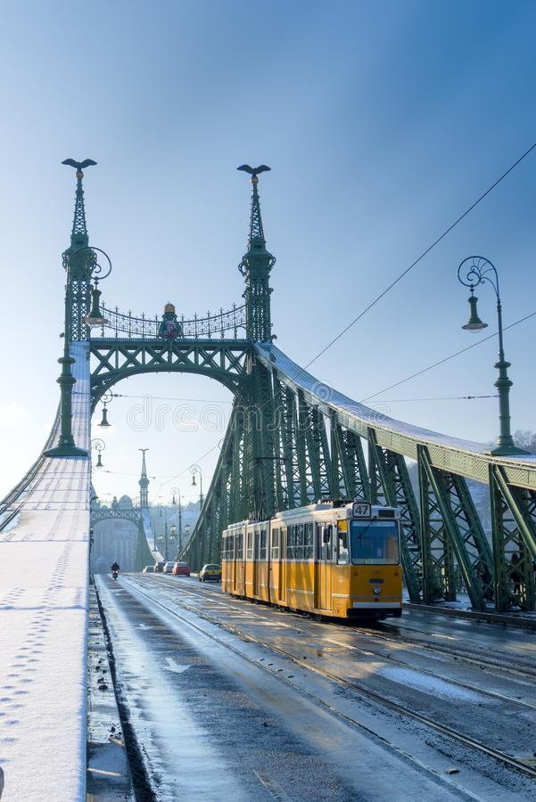 Spårvagn på frihetbron, Budapest royaltyfri bild