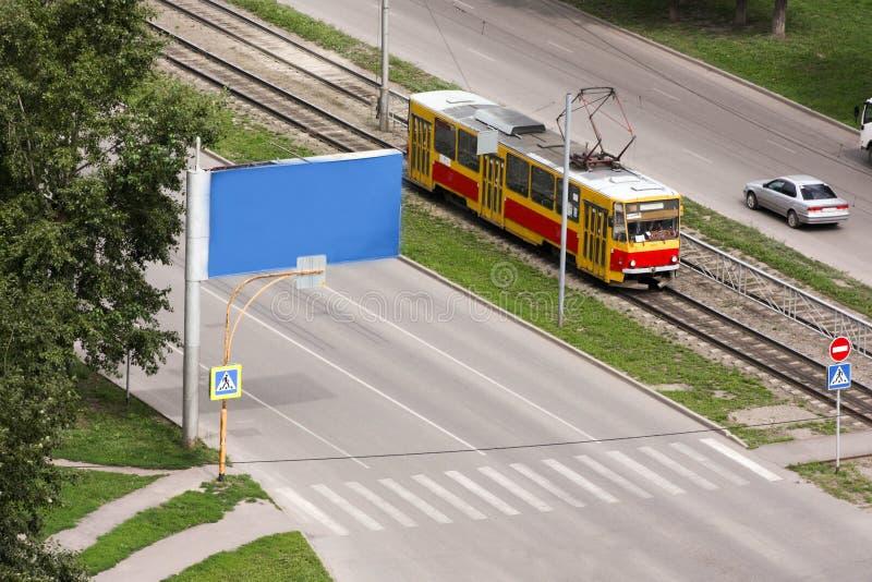Spårvagn på järnvägarna i staden royaltyfri bild