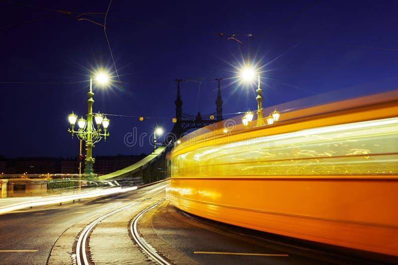 Spårvagn på Liberty Bridge arkivbild