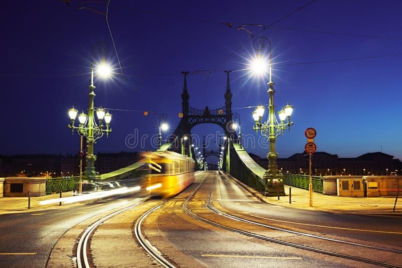 Spårvagn på Liberty Bridge arkivfoton