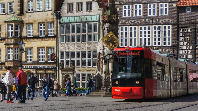 Spårvagn på marknadsfyrkant i Bremen, Tyskland arkivbild