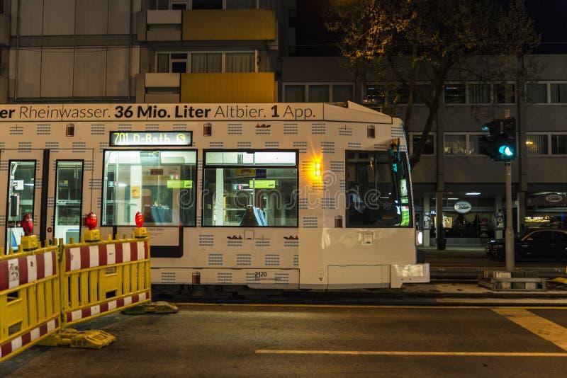 Spårvagn på natten i Dusseldorf, Tyskland royaltyfria bilder