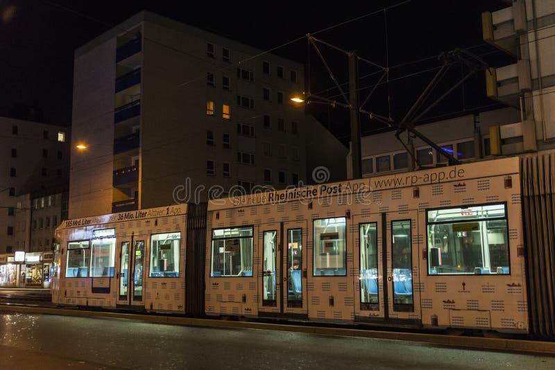 Spårvagn på natten i Dusseldorf, Tyskland arkivbild