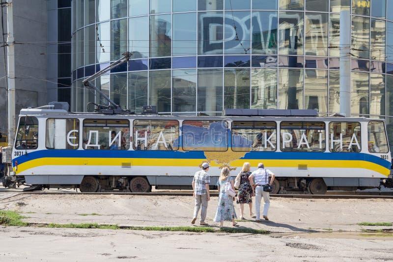Spårvagn som förbigår centret, med ukrainsk propaganda som kallar för enhet med `en för land för slogan` en, arkivfoto