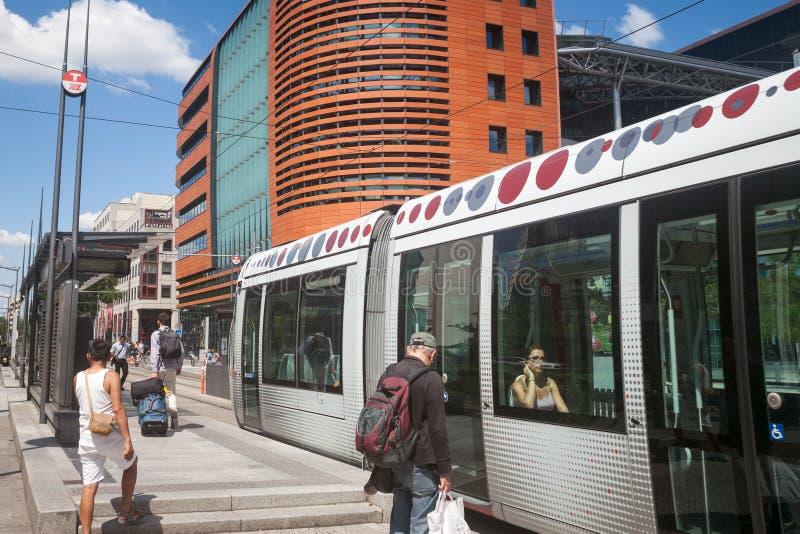 Spårvagn som skriver in spårvagnstoppet av stationen för Lyon delDieu drev Det är en del av TCL-spårvägnätverket royaltyfri bild