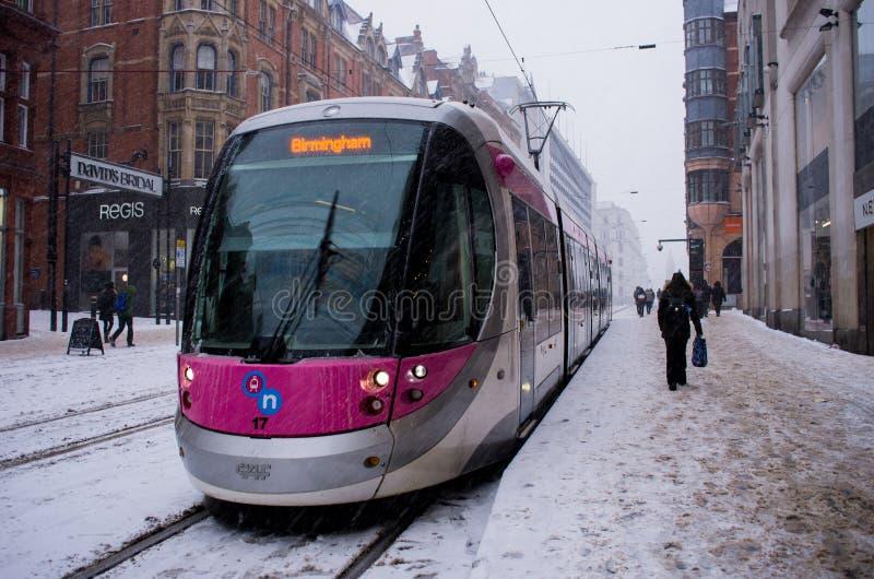 Spårvagn under tungt snöfall i Birmingham, Förenade kungariket arkivbilder