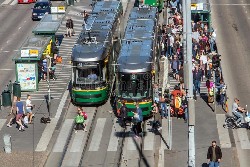 spårvagnar står på den huvudsakliga gatan, Helsingfors arkivfoto