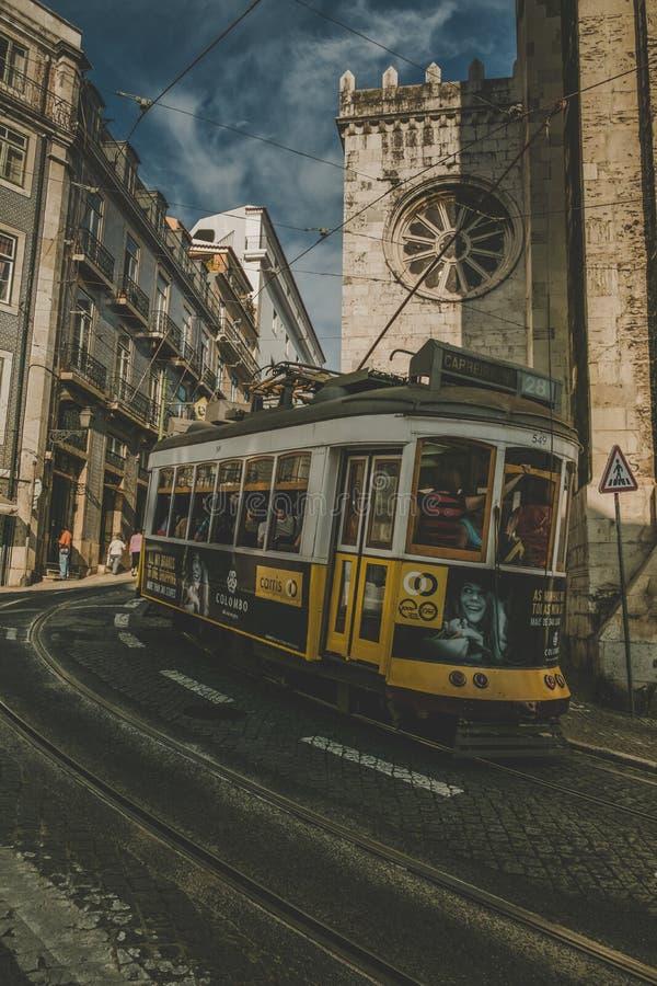 Spårvagnar upp lisbon portugal arkivbilder