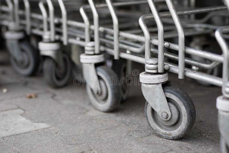 Spårvagnarna för shoppingvagnen förläggas under marknaden shopping arkivbilder