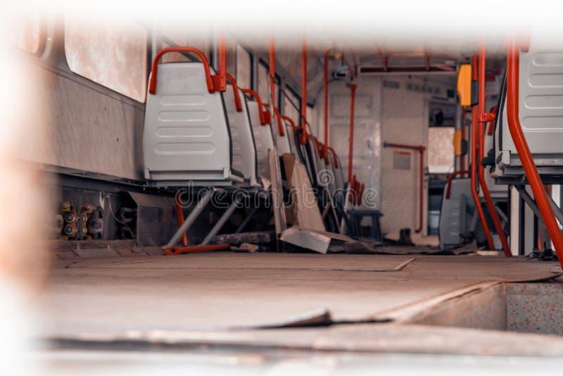 Spårvagnbussgaraget i staden för att parkera och en spårvagnservice arkivfoton