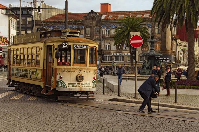 Spårvagnchaufför som drar en spak för att koppla punkterna på spårvagnstångsystemet i Porto stadsmitt royaltyfria bilder