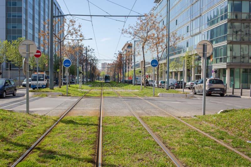 Spårvagnen i mitt av staden rullar på gräsmattan arkivfoton