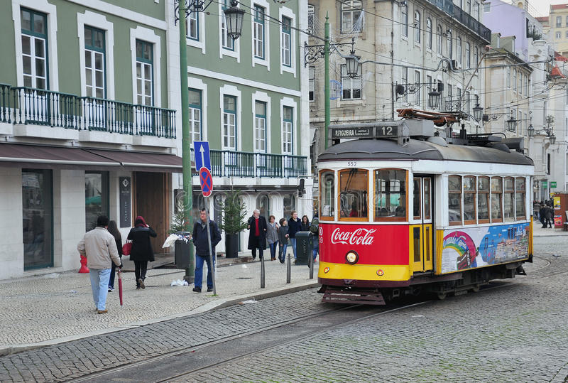 Spårvagnen nummer 12 stoppar på den Rossia fyrkanten i Lissabon royaltyfri foto