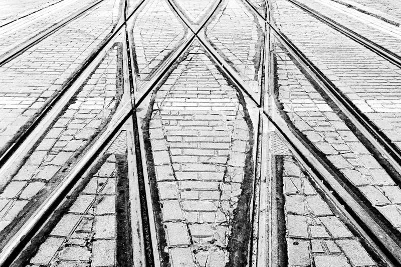 Spårvagnjärnvägar i stad arkivbilder