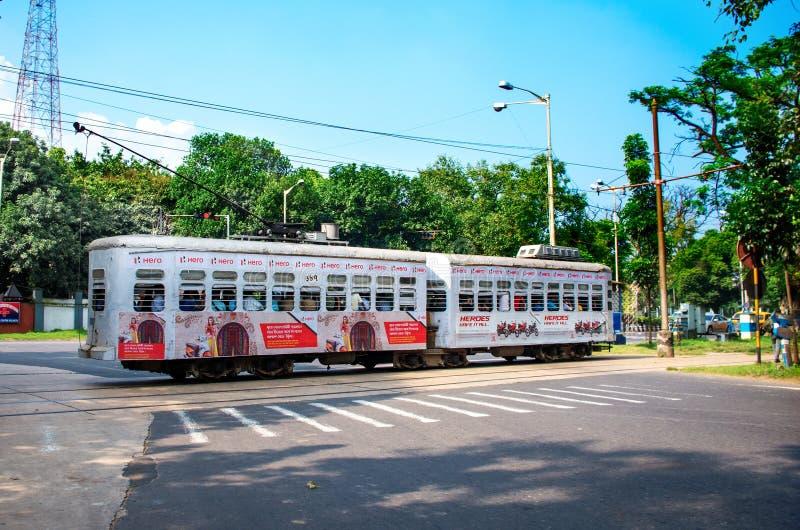 Spårvagnkörningar till och med gatorna av Kolkata royaltyfria foton
