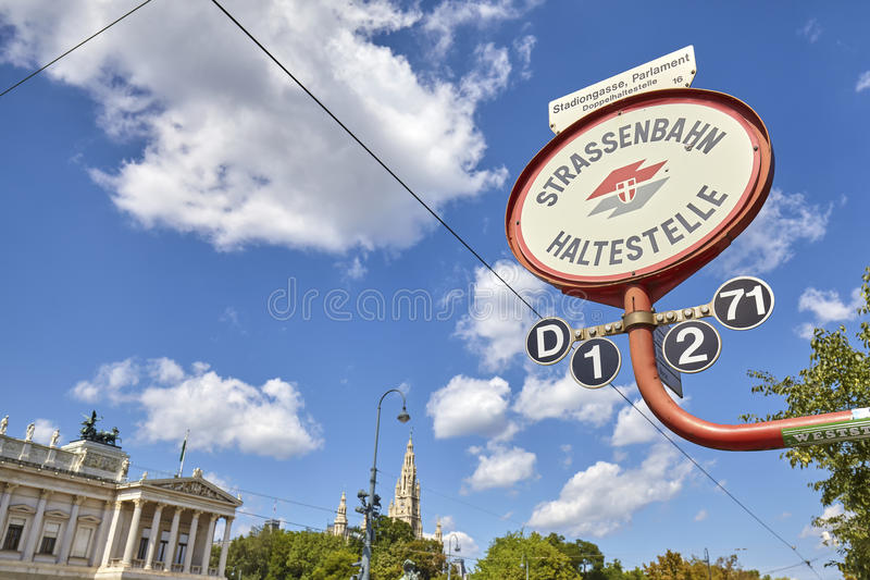 Spårvagnstopptecken framme av österrikisk parlamentbyggnad fotografering för bildbyråer