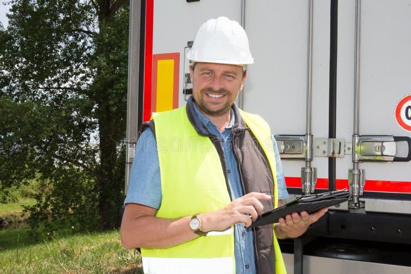 spécialiste en livreur à l'aide d'une tablette au chantier de construction photo libre de droits