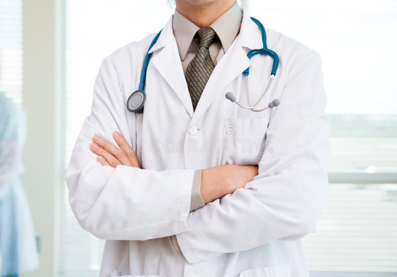 Spécialiste Standing Arms Crossed en Cancer dedans image stock