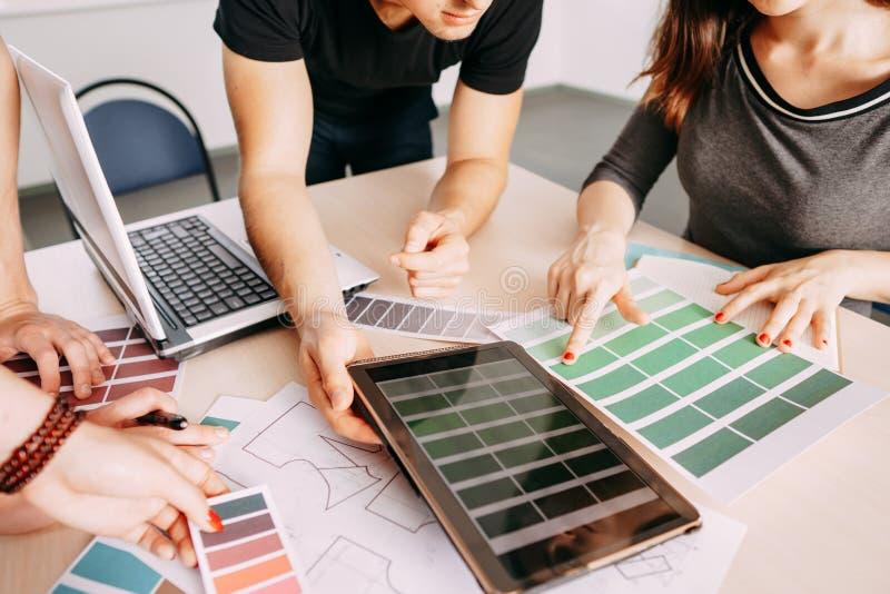 Spécialistes créatifs collaborant avec des échantillons de couleur image stock