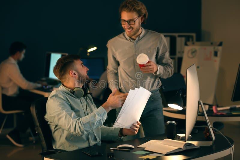 Spécialistes informatiques travaillant dans le bureau photographie stock