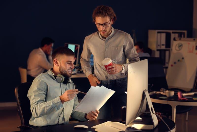 Spécialistes informatiques travaillant dans le bureau image stock