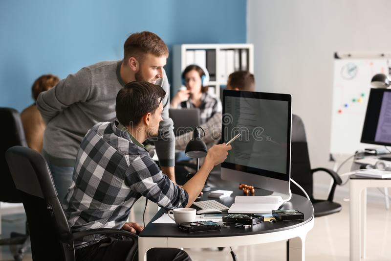 Spécialistes informatiques travaillant dans le bureau images libres de droits