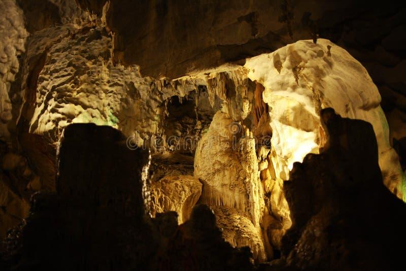 Spéléologie de caverne de stalactite photos stock