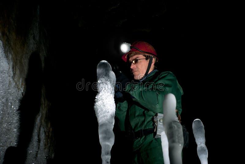Spéléologue dans une caverne de glace image libre de droits