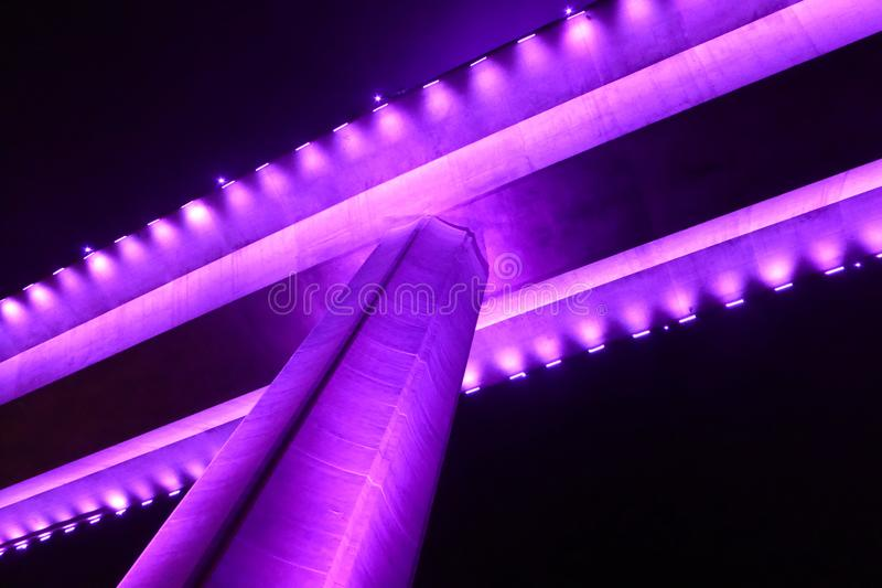 Spód bai chay most w halong zatoce Wietnam zaświecał up z purpurowym oświetleniem fotografia stock